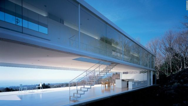 """"""" Véritable espace de transition, l'édifice semble se fonde dans le paysage en raison de sa modeste profondeur et de sa grande fenêtre en bande, constituée d'un seul panneau de verre mesurant 20 mètres de long. La fenêtre de de Shizuoka est l'utilisation la plus poussée de la fenêtre horizontale de l'architecture moderniste: elle coupe longitudinalement toute la façade septentrionale."""" (3)"""